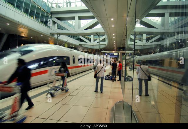 An ICE train at the Intercity station at Frankfurt Airport, Frankfurt, Hesse, Germany - Stock-Bilder
