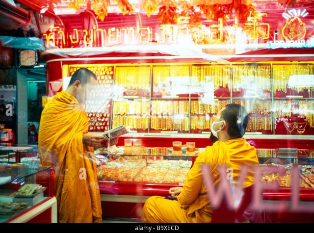 Buddhist monks in gold shop, Thailand - Stock-Bilder