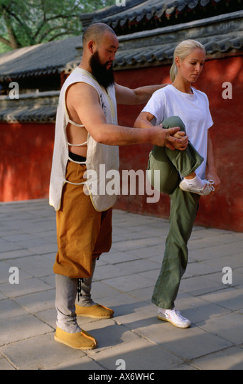Shaolin Warrior Monk Shi De Chao trains a foreign student at the Shaolin Temple - Stock Image