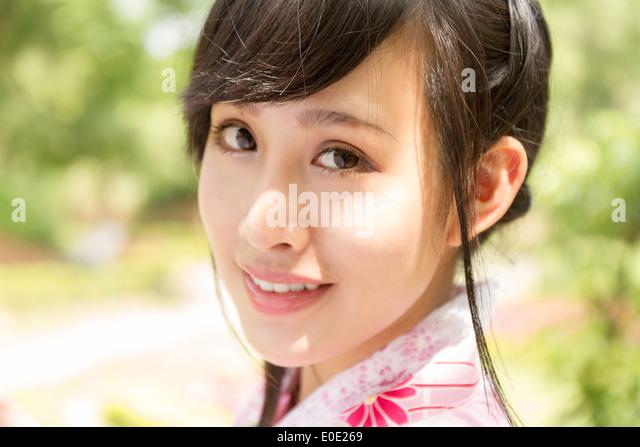 Chinese lady wearing kimono in traditional Japanese style garden - Stock-Bilder