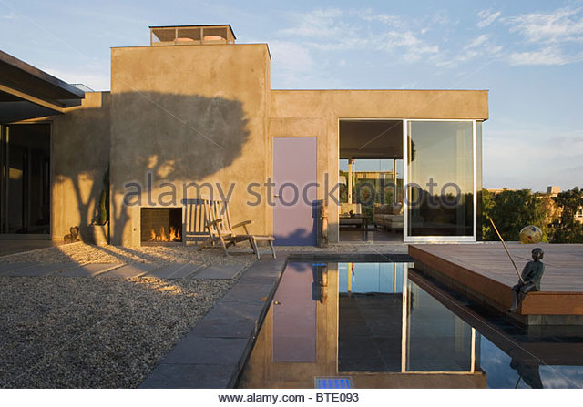 Outdoor Patio and Pond at Modern Home - Stock-Bilder