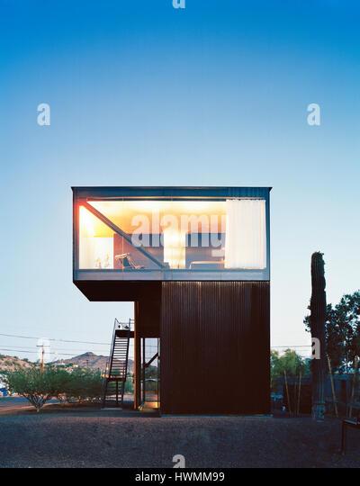 Exterior of North facade with illuminated upper floor master bedroom. Xeros House, Phoenix, United States. Architect: - Stock-Bilder