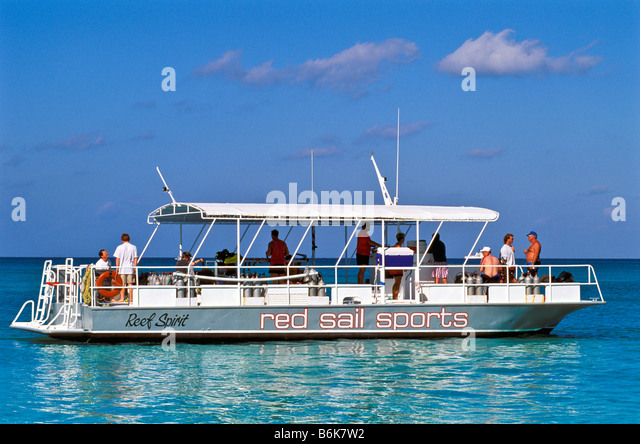 Red Sail Dive Boat departs Seven Mile Beach Grand Cayman - Stock Image