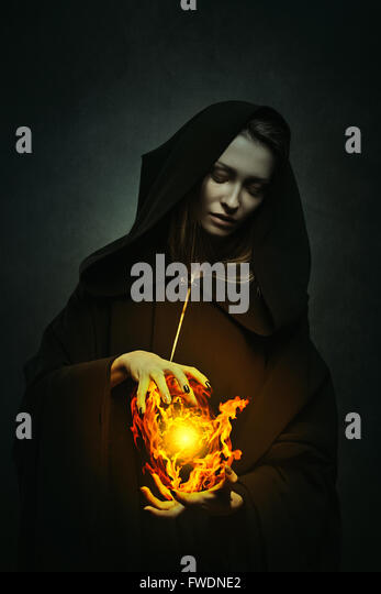 Dark sorceress casting magical flames . Fantasy portrait - Stock-Bilder