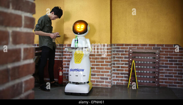 Shenyang, China's Liaoning Province. 20th May, 2015. A staff member sets up a robot in a restaurant in Shenyang, - Stock Image