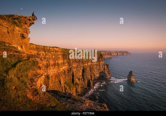 Man on Cliffs of Moher, Liscannor, Ireland - Stock-Bilder