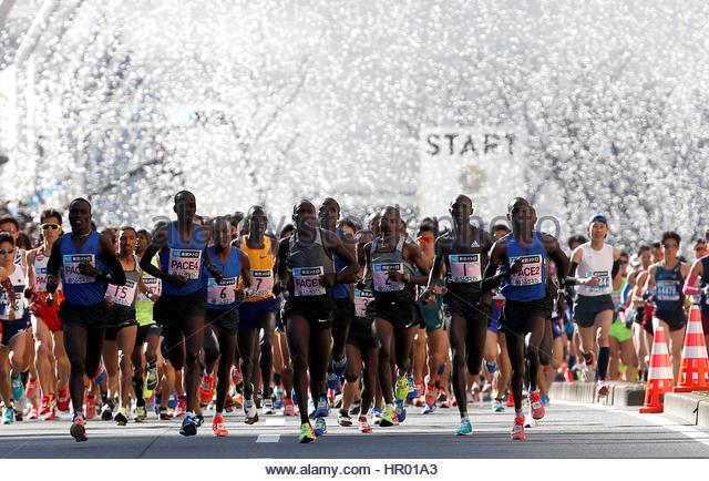 Athletics - Tokyo Marathon 2017 - Tokyo, Japan - 26/02/17 - Runners at the start of the Tokyo Marathon 2017. REUTERS/Toru - Stock-Bilder