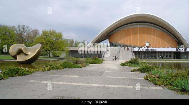 Sunny view paved walkway to Haus der Kulturen der Welt, through lake with Henry Moore bronze sculpture, Tiergarten - Stock-Bilder