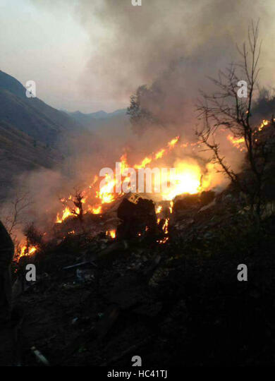 Havelian, Pakistan. 7th December, 2016. fire raging from a plane crash site in Pakistan's Havelian. Rescue work - Stock Image