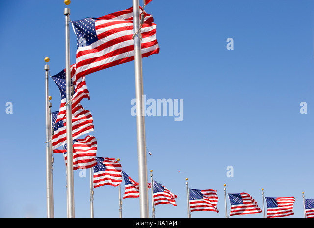 American flags at the Washington Monument form arc - Stock-Bilder