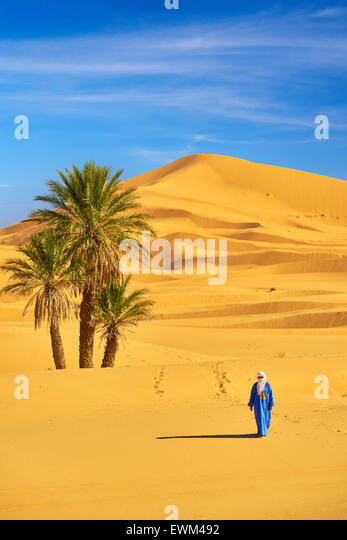 Berber man, Erg Chebbi desert near Merzouga, Sahara, Morocco - Stock Image