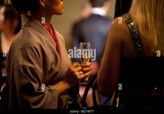 Japanese woman in kimono drinking champagne. - Stock-Bilder