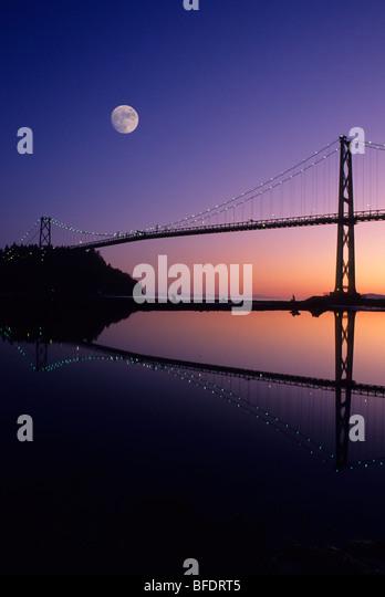 Lions Gate Bridge illuminated at night, Vancouver, British Columbia, Canada - Stock Image