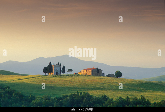 Chapel and house on hill, nr Pienza, Tuscany, Italy - Stock-Bilder