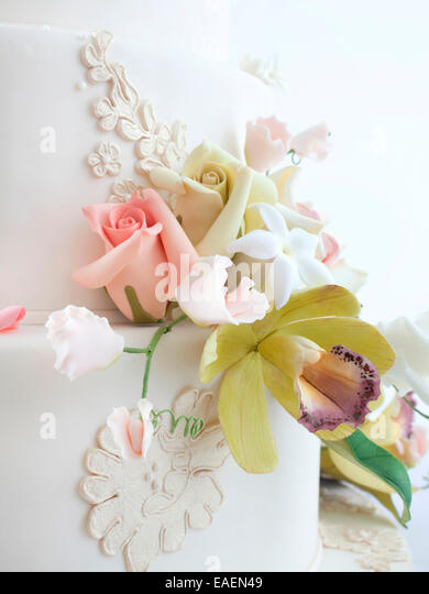 Detail of edible flowers on wedding cake - Stock Image