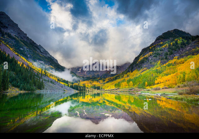 The Maroon Bells are two peaks in the Elk Mountains, Maroon Peak and North Maroon Peak, separated by about a third - Stock-Bilder