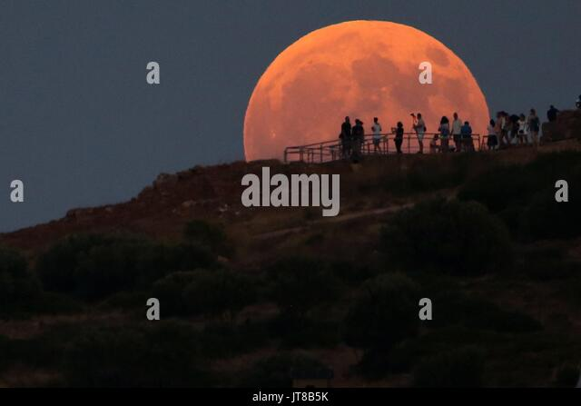 Athens, Greece. 07th Aug, 2017. - People admire the full Moon rising over the Temple of Poseidon today, Monday 7 - Stock Image