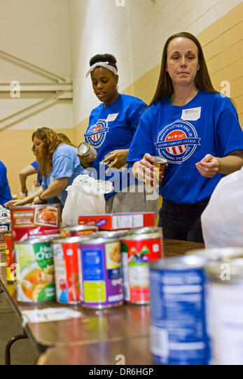 Warren, Michigan - Volunteers from Macomb Community College assemble food packages for the needy at Gleaners Food - Stock Image