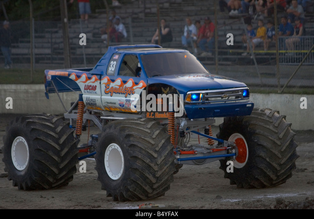 MONSTER TRUCK Equalizer competing at the Monster Truck Challenge at the Orange County NY Fair Speedway - Stock-Bilder