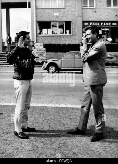 Runner Michel Jazy taking Jim Beatty's photograph - Stock-Bilder