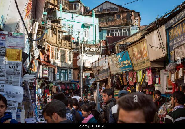 The busy bazaar below The Ridge in Shimla, Himachal Pradesh, India - Stock-Bilder