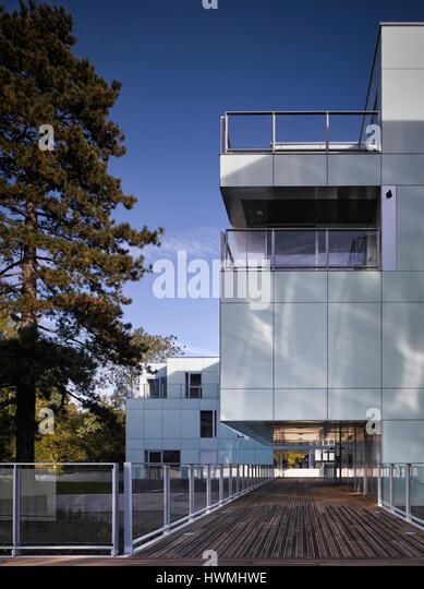 Exterior view of walkway showing overhang. Dunluce Apartments, Ballsbridge, Ireland. Architect: Derek Tynan Architects, - Stock-Bilder