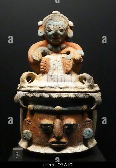 Mayan bowl with lid made of polychrome earthenware. Circa 600-800 AD; Quiche, Guatemala - Stock Image