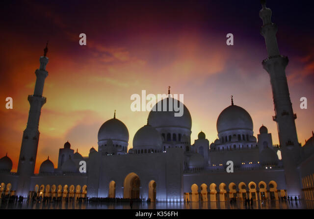 The Grand Mosque of Abu Dhabi at Dusk with beautiful twilight skies - Stock Image