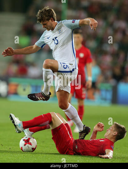 Kielce, Poland. 22nd June, 2017. Calum Chambers (ENG) leaps the challenge from Radoslaw Murawski (POL); UEFA Under21 - Stock-Bilder