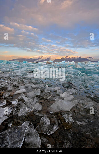 Ice, icebergs and snow-covered mountains, Jokulsarlon Glacier Lagoon, Vatnajokull Glacier, Vatnajokull National - Stock-Bilder