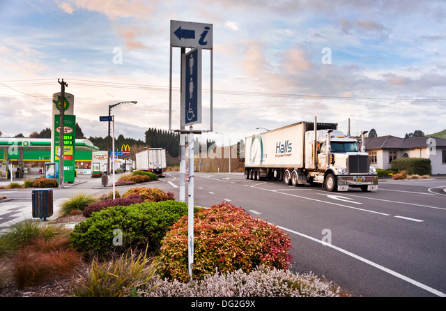 Taihape, New Zealand. A big truck passes along Highway 1 through the small town. - Stock-Bilder