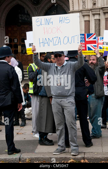 London, UK. 05/10/70. An EDL member holds a placard in favour of Abu Hamza's extradition, as Anjem Choudary - Stock Image