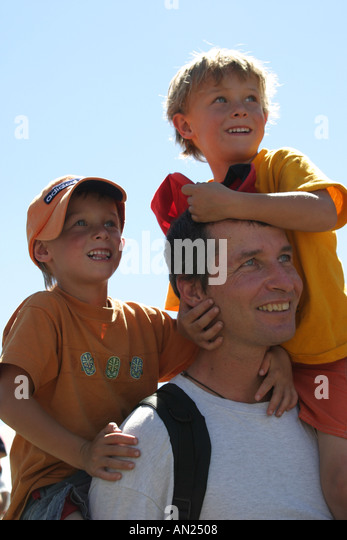 Albuquerque New Mexico State Fair dad and kids on shoulders T - Stock Image