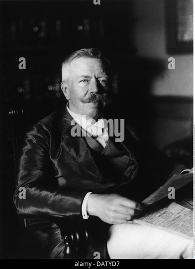 Uexkull, Jacob Johann baron von, 8.9.1864 - 25.7.1944, Baltic biologist and philosopher, half length, reading newspaper, - Stock Image