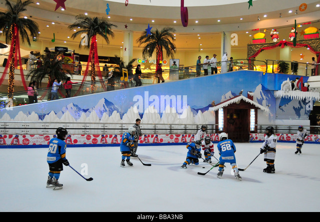 Kids playing ice hockey on the ice rink in the Al Ain Mall, Al Ain, Abu Dhabi, United Arab Emirates, Arabia, the - Stock Image