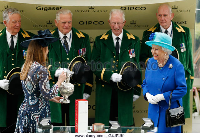 Britain Horse Racing - Royal Ascot - Ascot Racecourse - 18/6/16  Britain's Queen Elizabeth is presented with - Stock Image