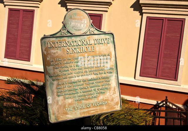 Ripley's Believe It Or Not attraction sinkhole sign explains tilting building on International Drive, Orlando - Stock Image