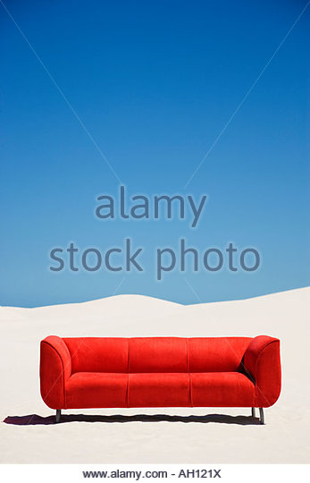 An empty couch alone in the middle of the desert - Stock-Bilder