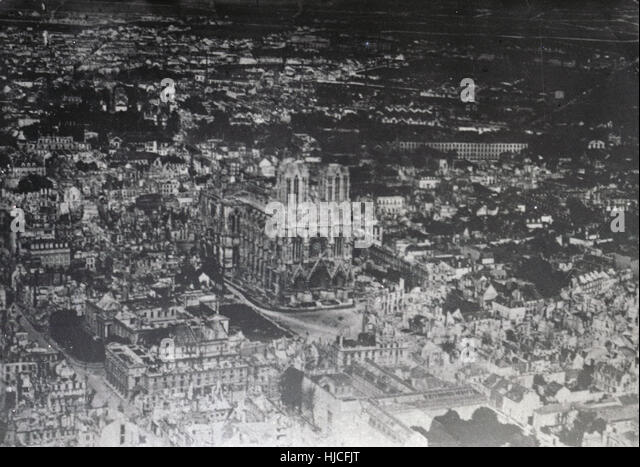 Antique c1917 photograph, aerial photograph of the destruction of Reims Cathedral. - Stock Image