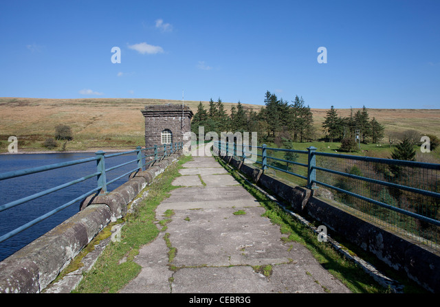 Road over the the dam of the Grwyne Fawr Reservpoir in the Vale of Ewyas, Monmouthshire Gwent in Wales. - Stock Image