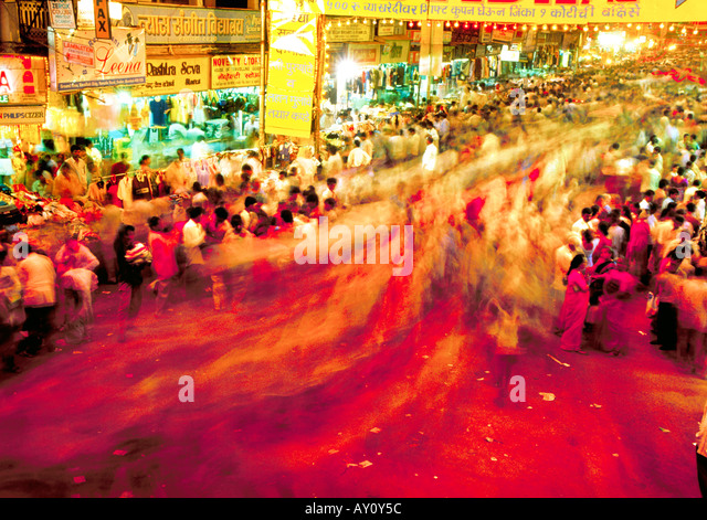 Crowds of shoppers doing their evening shopping at Dadar West Street Market. Night shot Mumbai India Asia - Stock-Bilder
