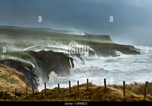 Waves crashing on rocky cliffs - Stock-Bilder