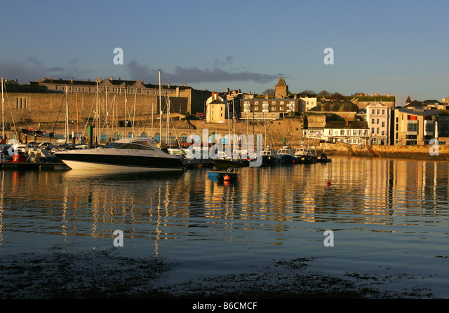 The barbican in Plymouth, Devon, with Queen Anne's Battery Marina in the foreground. - Stock-Bilder