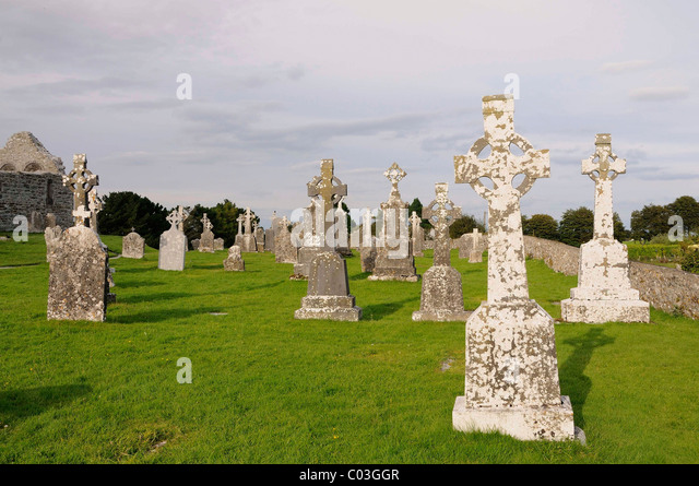 Monastery ruins of Clonmacnoise on the Shannon, Midlands, Republic of Ireland, Europe - Stock Image