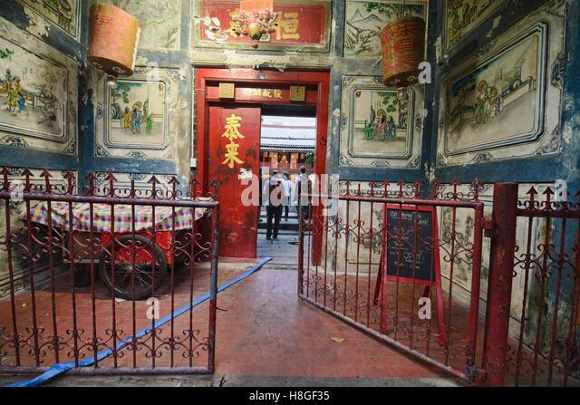 Entrance door at the Sou Heng Tai teakwood Chinese house, Bangkok, Thailand - Stock-Bilder