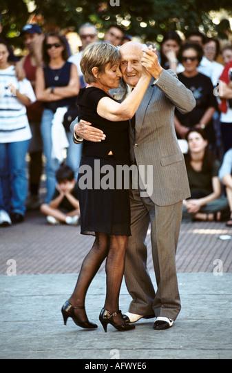 Older couple dancing the Tango in Plaza Dorrego, Buenos Aires, Argentina. HOMER SYKES - Stock-Bilder