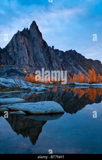 Prusik Peak, Gnome Tarn and alpine larch trees at sunrise; The Enchantments, Alpine Lakes Wilderness, Washington. - Stock Image