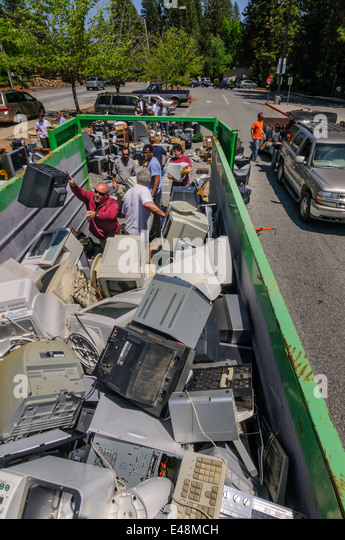 Volunteers helping at electronic waste collection - community fundraiser for education program, Grass Valley California - Stock Image