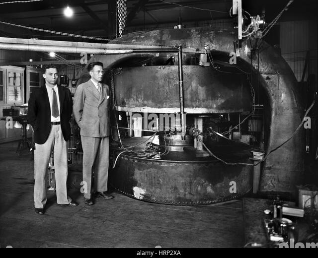 Livingston and Lawrence with Cyclotron, 1930s - Stock Image