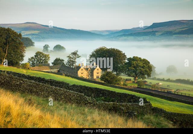 Offerton Hall above the mist in Derwent Valley below, Derbyshire Peaks District, England, UK - Stock-Bilder